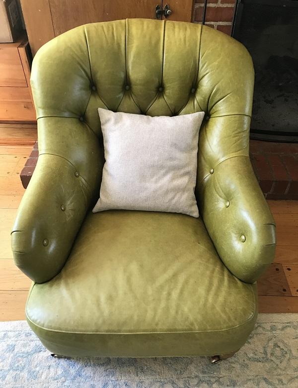 Mượn Thị Văn's favorite, green leather writing chair.